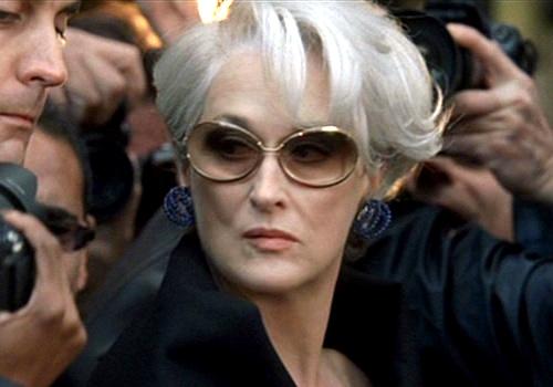 6629df571 ... formada em jornalismo, consegue um emprego como assistente de Miranda  Priestly (Meryl Streep), a rígida e exigente editora-chefe da revista de  moda ...