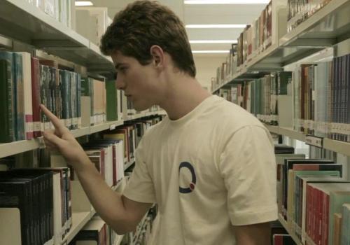 Antes de Palavras mostra  como o auto-descobrimento de um garoto afeta diferentes pessoas em uma escola