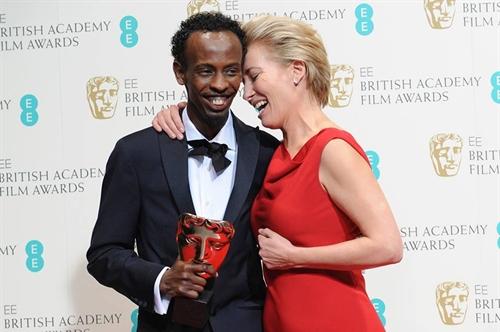 Emma Thomspon entregou o prêmio de melhor ator coadjuvante ao somali Barkhad Abdi (Capitão Phillips), em um dos melhores momentos da cerimônia