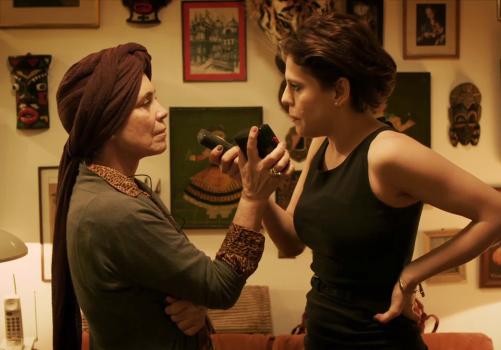 Em Gata Velha Ainda Mia,  Regina Duarte e Bárbara Paz duelam em diálogos encenados em um único cenário