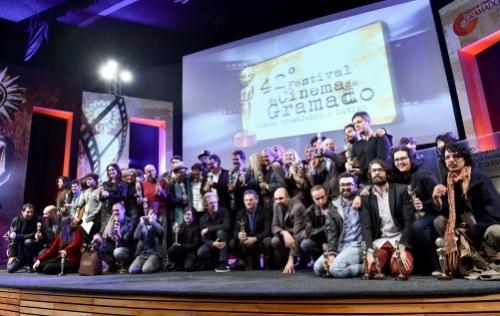 Os vencedores da festa quase impecável de encerramento do 42º Festival de Cinema de Gramado. Foto: Dani Villar/Pressphoto