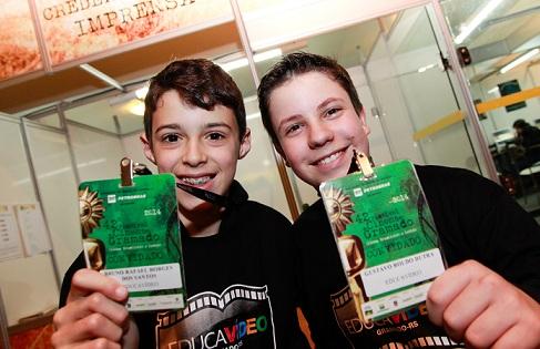 Gustavo Dutra e Bruno Rafael dos Santos com suas credenciais antes da exibição dos curtas no Palácio dos Festivais. Foto: Cleiton Thiele/Pressphoto