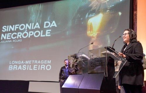 Juliana Rojas é a diretora de Sinfonia da Necrópole, um dos longas mais interessantes da mostra brasileira do 42º Festival de Cinema de Gramado. Foto: Cleiton Thiele/Pressphoto