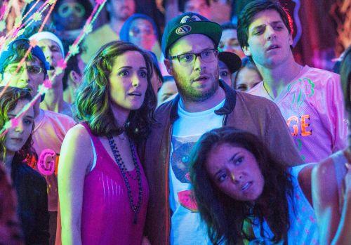 Em Vizinhos, Seth Rogen e Rose Byrne se divertem em uma excelente química, mas eles não sobrevivem às piadas físicas e aos extremos do filme.