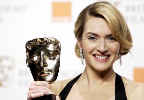 """A foto é do merecido prêmio por """"O Leitor"""", mas Kate Winslet já era antiga conhecida do BAFTA: em 1996, ela faturou a estatueta de atriz coadjuvante por """"Razão e Sensibilidade"""""""