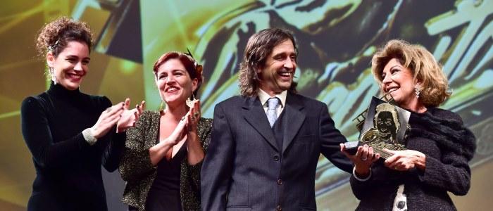 43º Festival de Cinema de Gramado – Marília Pêra recebe o troféu Oscarito dos filhos: Ricardo Graça Mello, Esperança Motta e Nina Morena. Foto:Cleiton Thiele/Agência Pressphoto – www.edisonvara.com.br